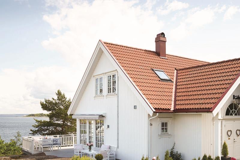 Grått hus med rødt tak