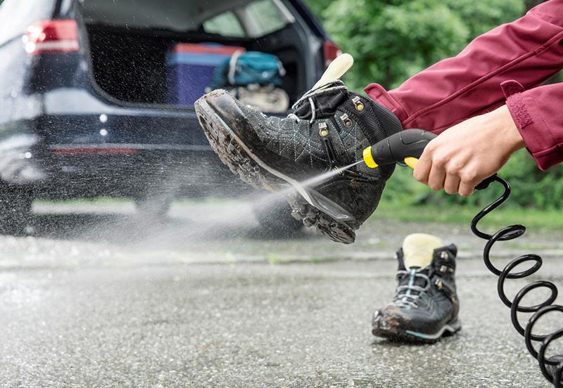 a309fd26 LA MØKKA BLI IGJEN: Deilig å kunne sette rene sko inn i hylla igjen når du  kommer hjem. Foto: Kärcher.